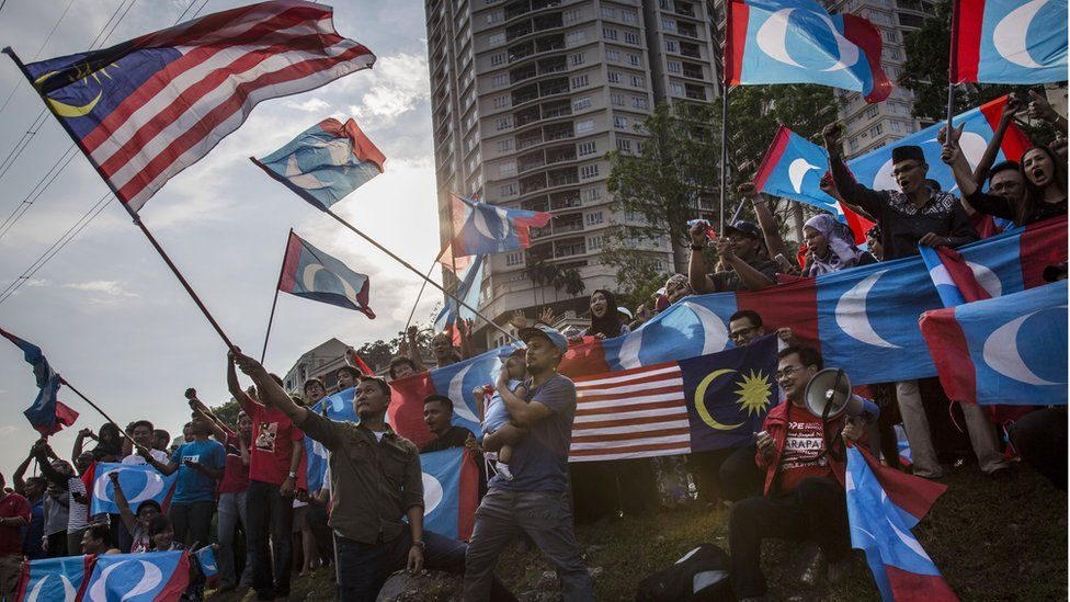 Mahathir supporters outside the Istana Negara palace in Kuala Lumpur, 10 May