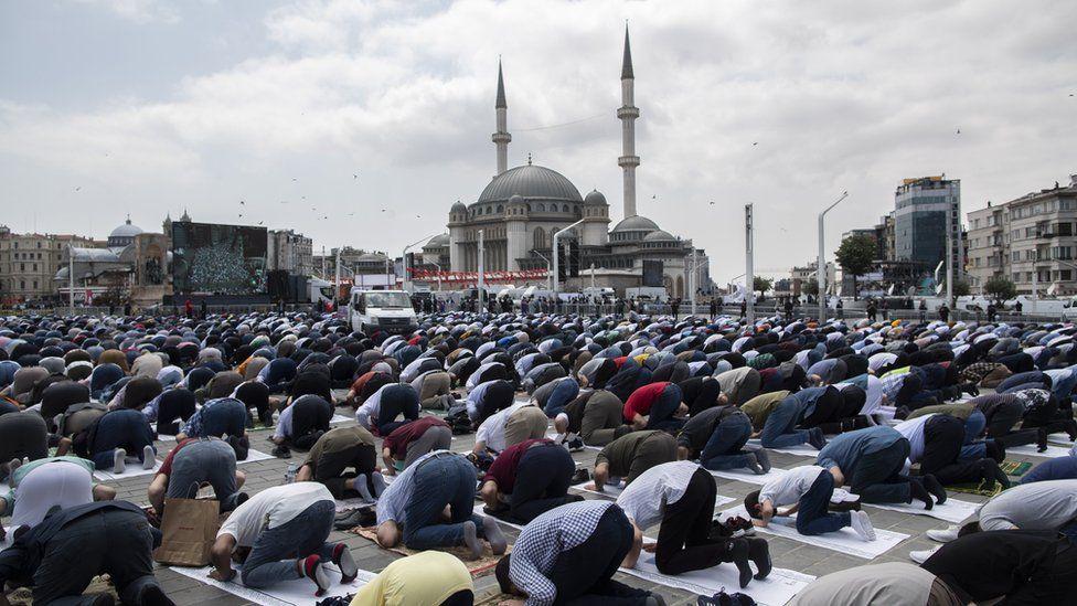 Прихожане у мечети Таксим