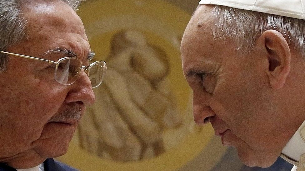 Pope Francis (R) meets Cuban President Raul Castro during a private audience at the Vatican (10 May 2015)