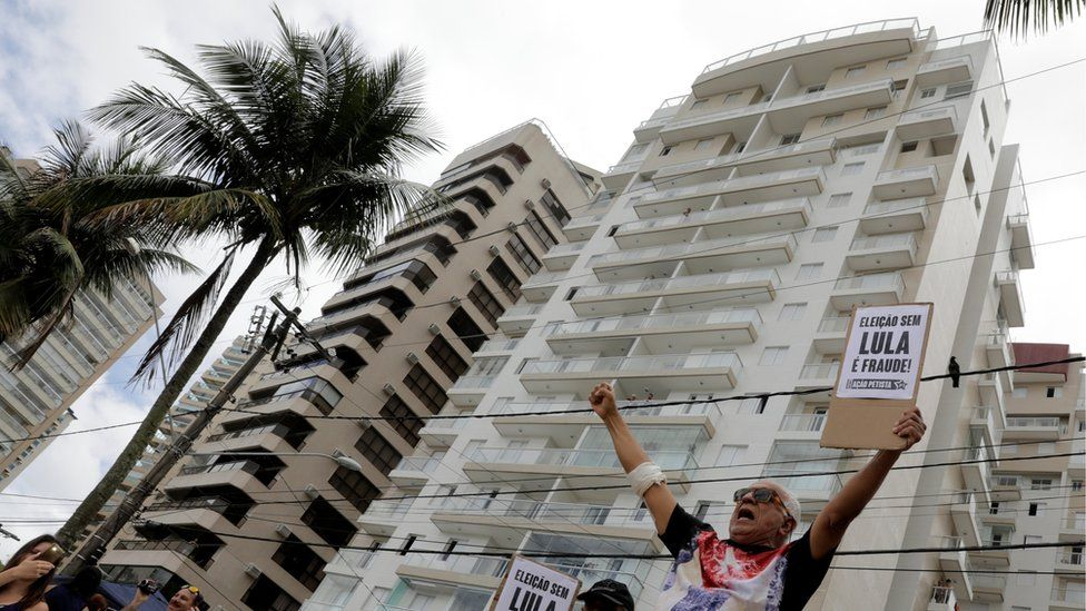 The block in Guaruja where Lula is alleged to have been given a flat