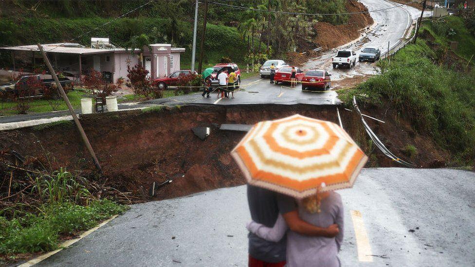 Una ruta interrumpida por un desmoronamiento en Puerto Rico tras el paso del huracán María.