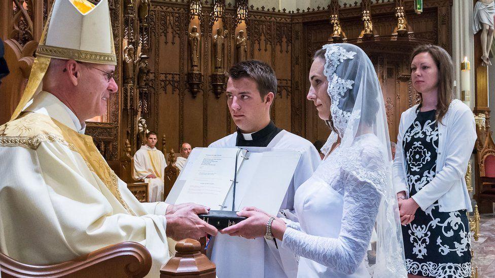 O intrigante mundo das virgens consagradas: 'Me casei com Cristo'