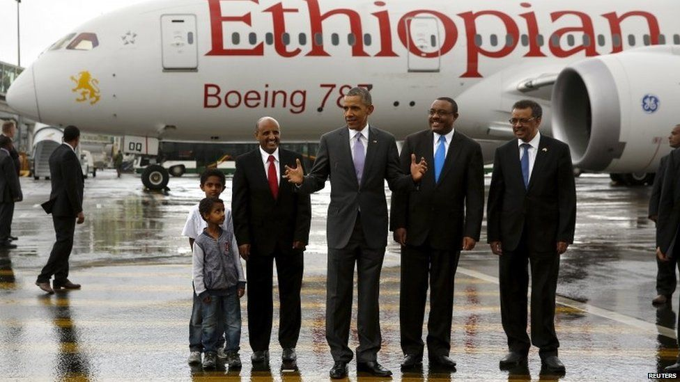Obama in front of Boeing 787