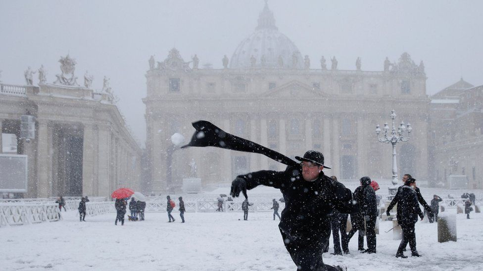 Padre joga bola de neve