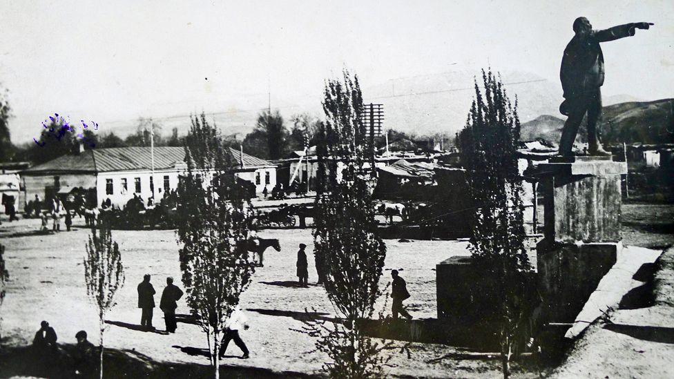 Первый памятник Ленину
