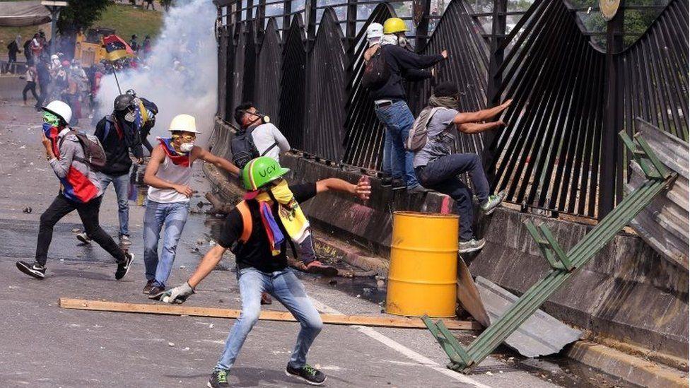 6 Protestors destroy the gate at the La Carlota airbase in Caracas, Venezuela, 31 May 2017