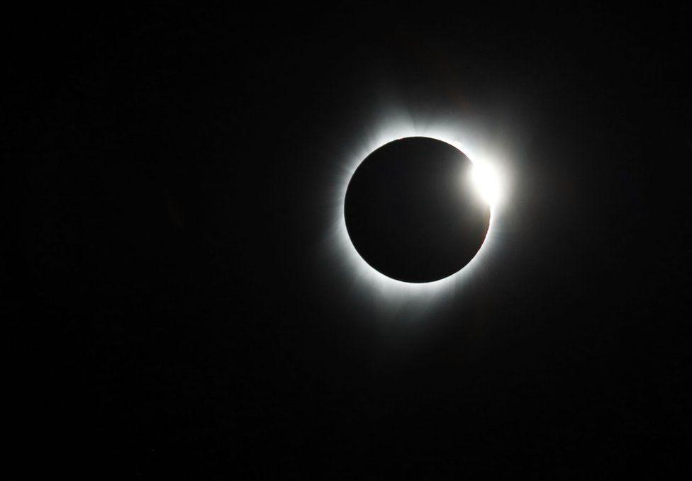 El Sol se oculta detrás de la Luna durante el eclipse en Estados Unidos.