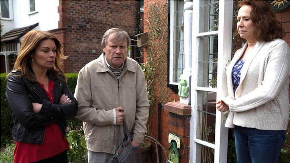 Golygfa o Corrie 'ta ffilm 'Robin Llywelyn: Fy Mywyd I'?