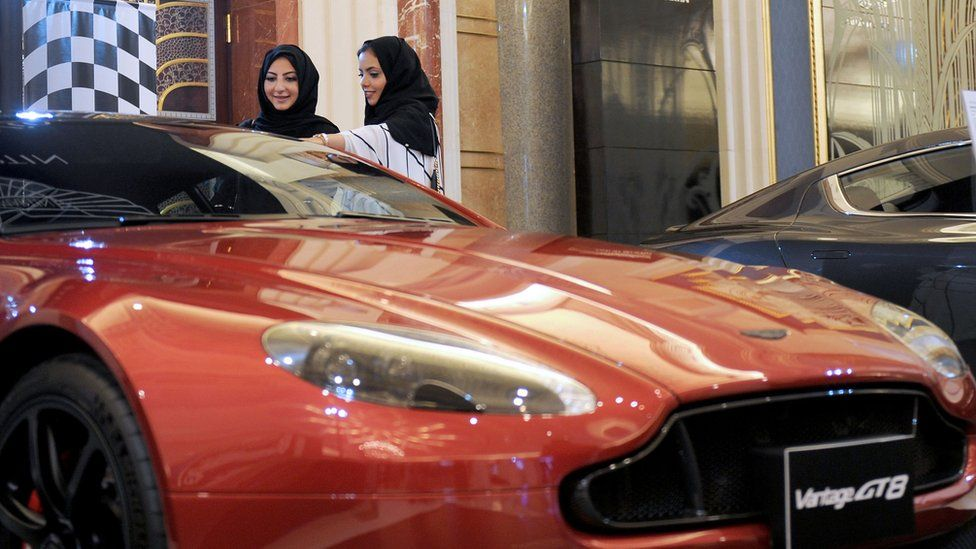 Saudi women look at a car for sale in the city of Jeddah (5 October 2017)
