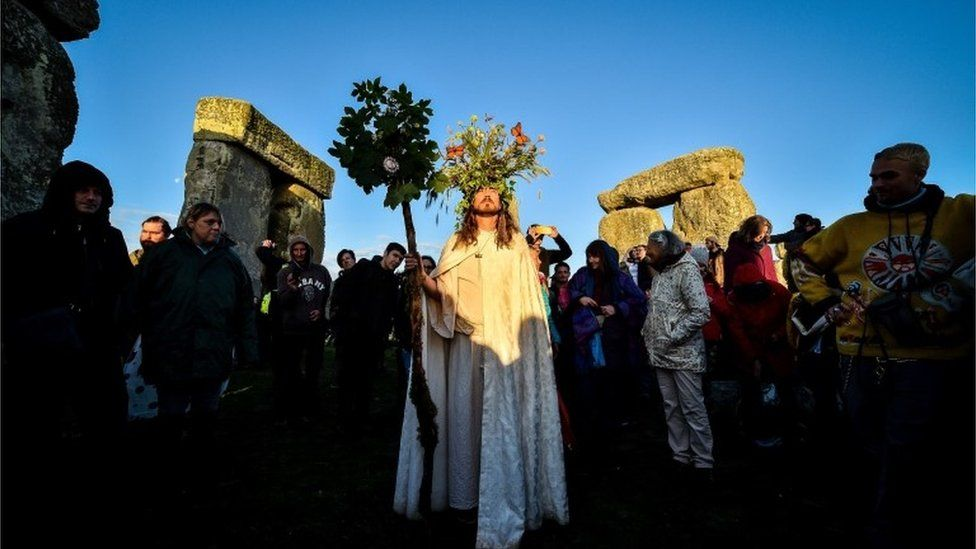 Stonehenge summer solstice: Thousands gather to cheer