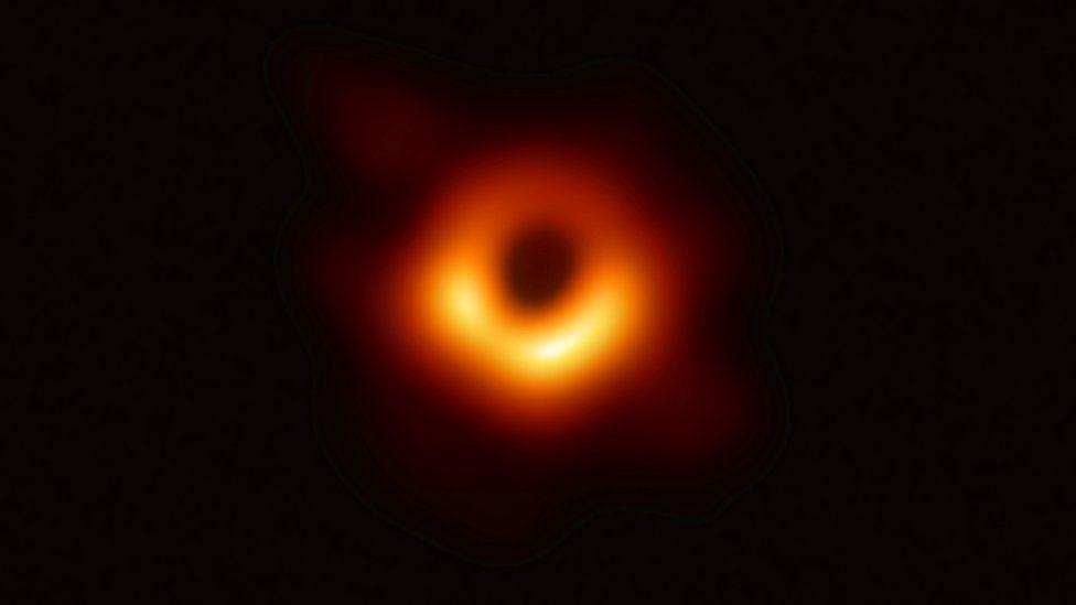 這是人類首張真實的黑洞照片,之前類似的圖片都是出自藝術家筆下。