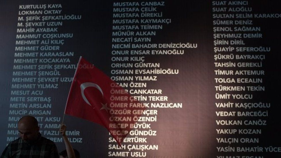 A board listing the names of people killed during the failed coup attempt at Taksim Square in Istanbul (20 July 2016)