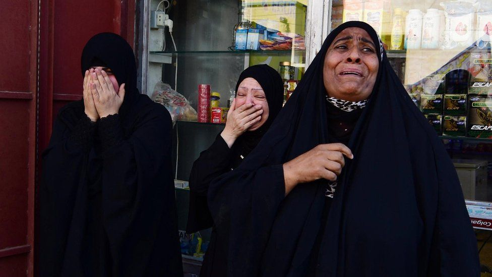 Iraqis mourn during the funeral of a protester killed in clashes with security forces in Baghdad (5 October 2019)