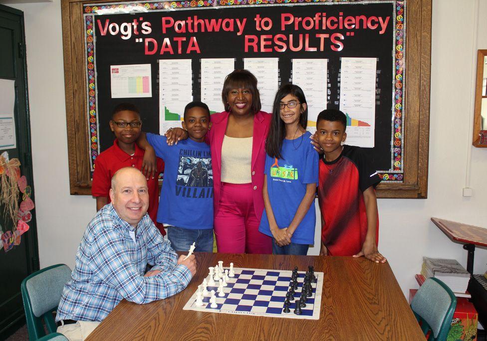 Dr Leslie Thomas-Washington and students