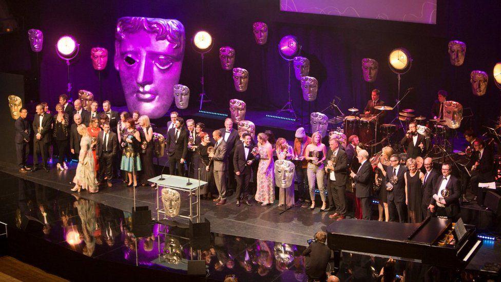 Ennillwyr BAFTA Cymru ar y llwyfan