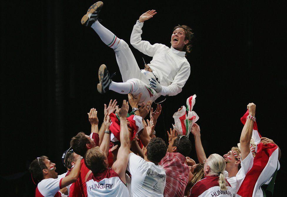 Timea Nagy, de Hungría, celebra su medalla de oro en la competencia de espada en esgrima de las Olimpiadas de Atenas en 2004.