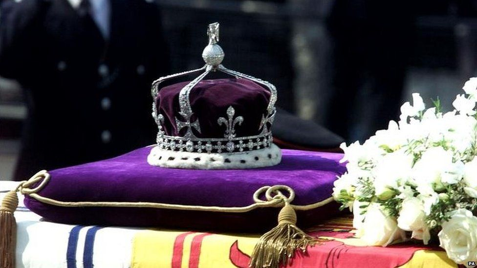 he Queen Elizabeth The Queen Mothers priceless crown, containing the famous Koh-i-noor diamond, rests on her coffin on a Gun Carriage pulled by the Royal Horse Artillery to Westminster Hall.