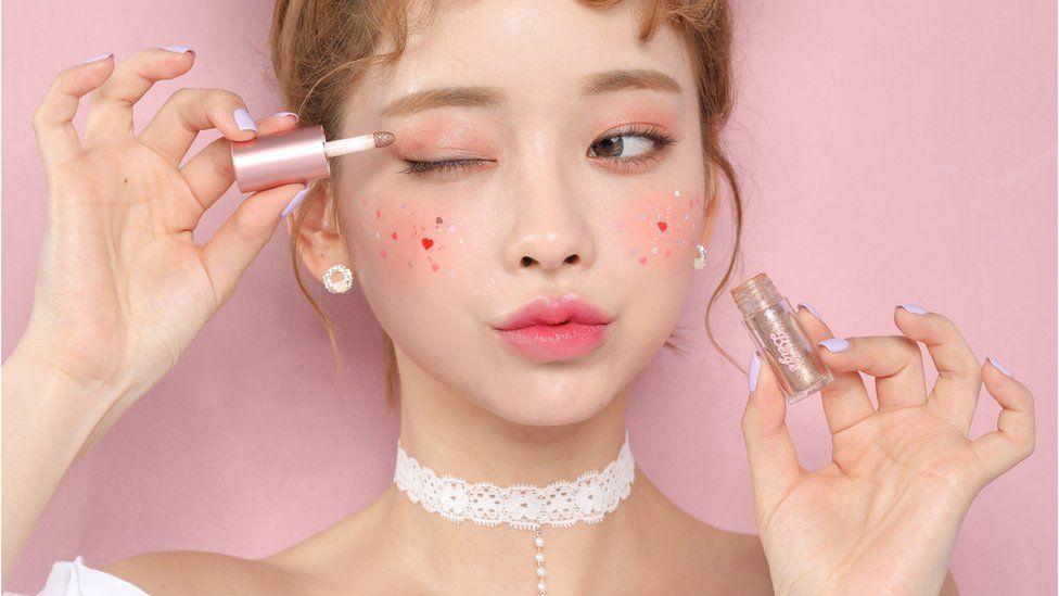 A model wearing Beige Chuu Korean makeup
