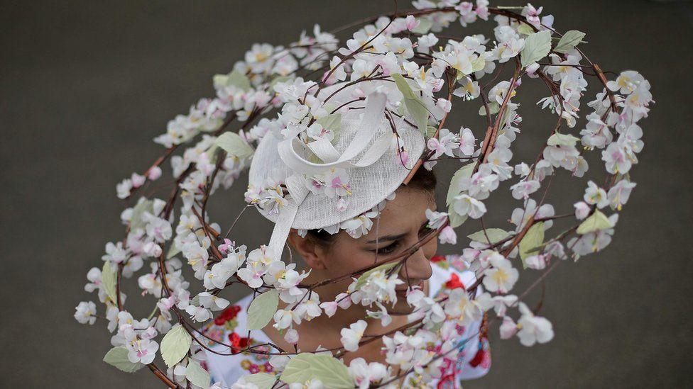 женщина в шляпе из гирлянды цветов