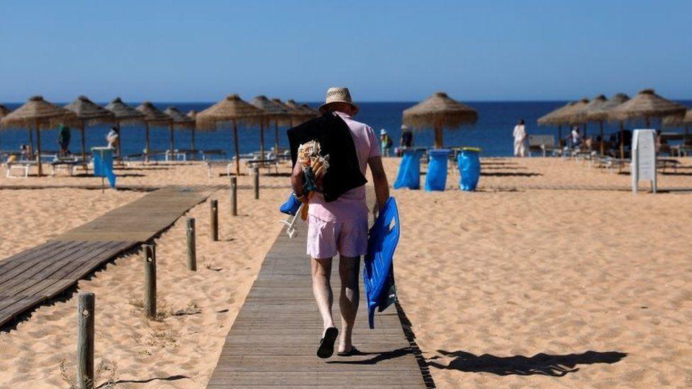 Мужчина прибыл на пляж Виламура во время пандемии коронавирусной болезни (COVID-19) в Картейре