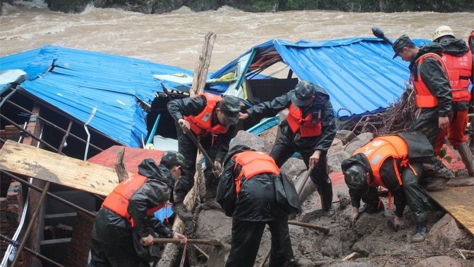Rescue workers search site of landslide in Taining county, China (8 May 2016)