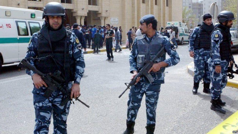 Kuwaiti security forces gather outside the Imam Sadiq Mosque. Photo: 26 June 2015
