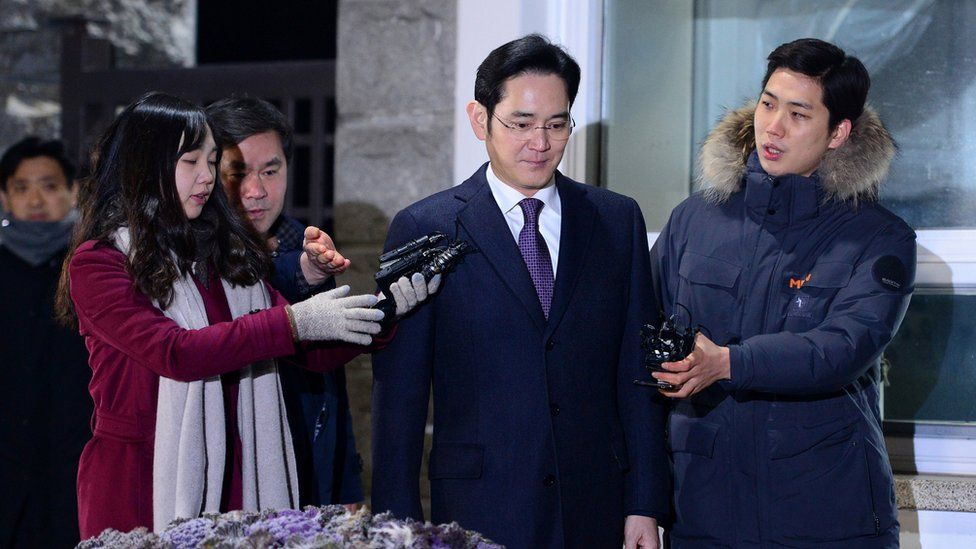 Lee Jae-yong leaves the detention centre in Seoul (19 Jan 2017)