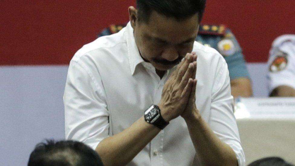 Lion Air founder Rusdi Kirana bows his head