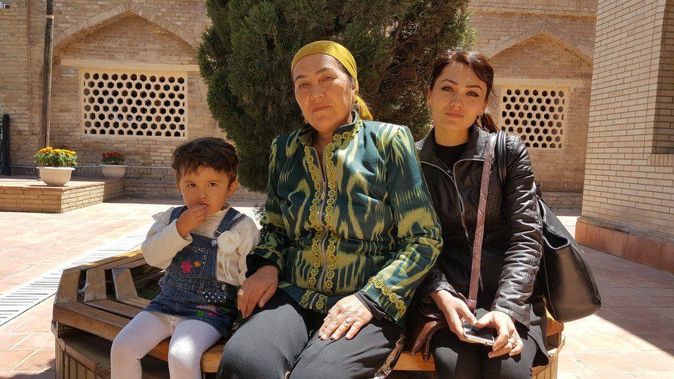 Dilrabo (centro) y su hija y nieta viajaron para rezar en la tumba de Daniyar.