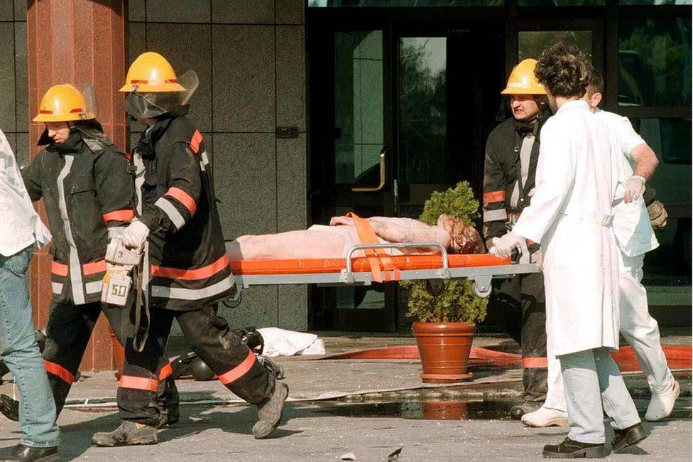 neidentifikovani zaposleni Kineske ambasada na nosilima posle napada na kinesku ambasadu, jutro 8. maj 1999.