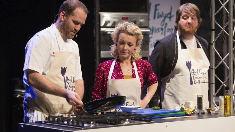 Bryn yn dysgu Dyl Mei sut i wneud wy 'di ffrio? // Bryn Williams demonstrating how to cook the perfect fried egg?