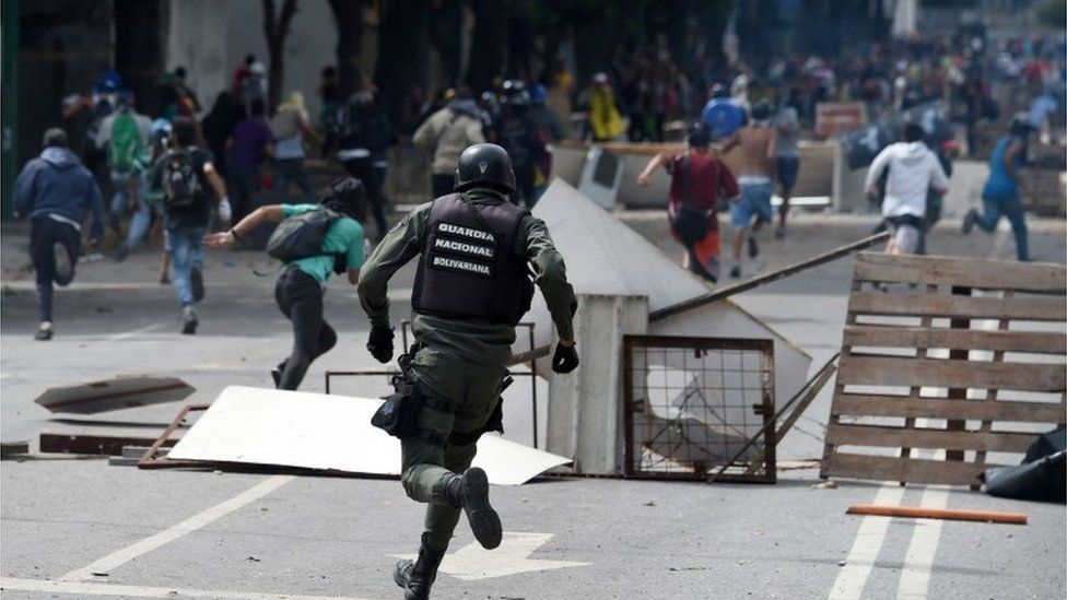 Venezuela's National Guard confronts anti-government protesters in Caracas, 27 July 2017