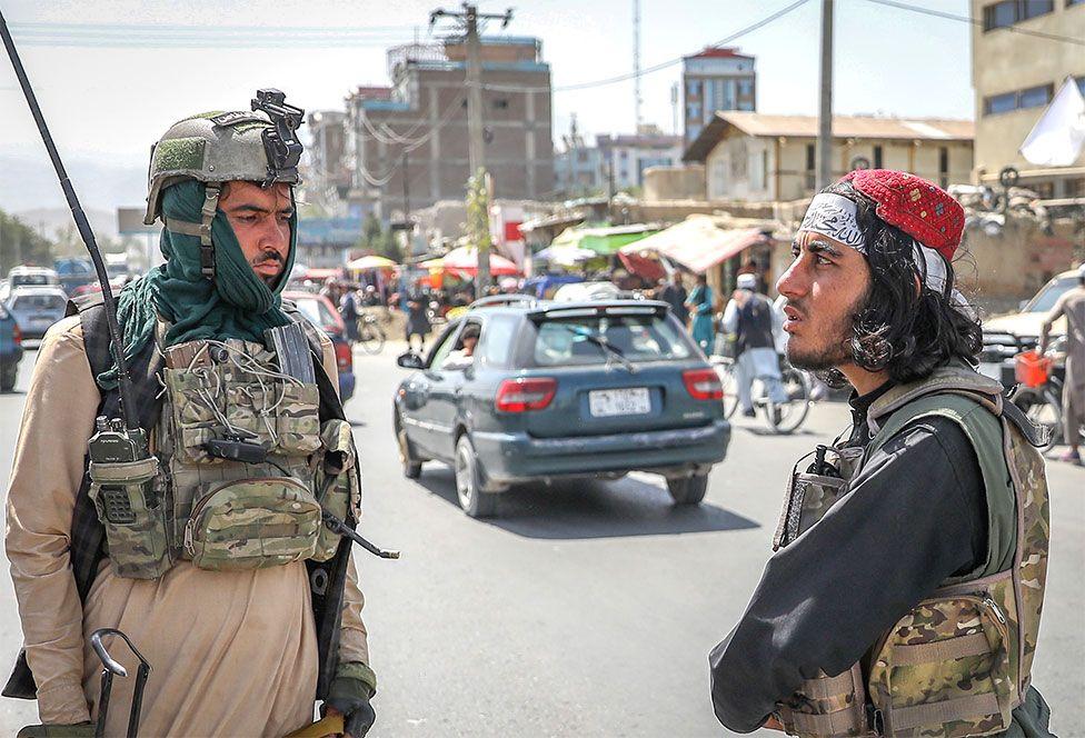 Μέλη των Ταλιμπάν στέκονται σε σημείο ελέγχου στην Καμπούλ, Αφγανιστάν, 16 Αυγούστου 2021