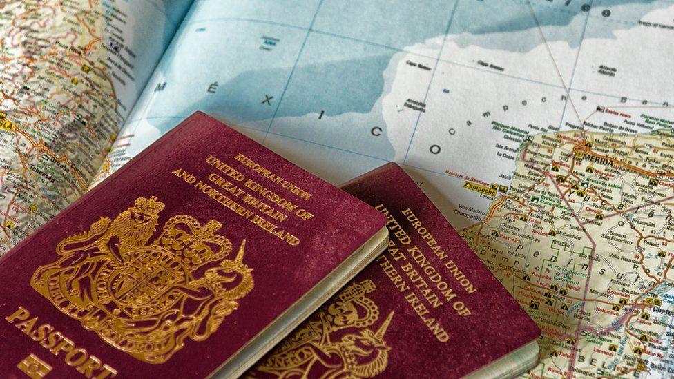 """Cuáles son los pasaportes más """"poderosos"""" del mundo para viajar sin visa (y cuáles son los de América Latina)"""