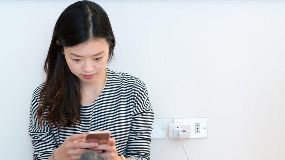 Por que é perigoso recarregar o celular em lugares públicos