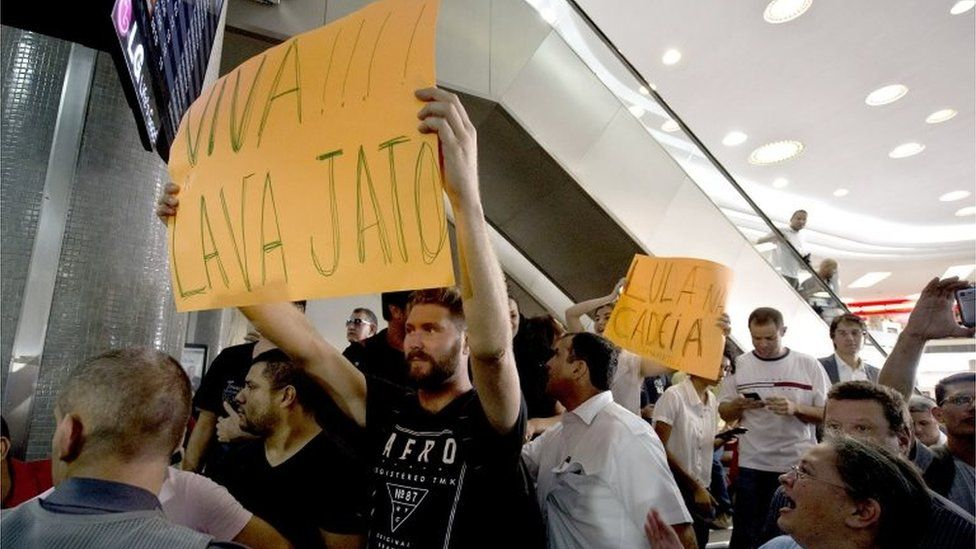 Opponents to former Brazilian President Luiz Inacio Lula da Silva demonstrate in front of a Federal Police station in the airport of Congonhas, Sao Paulo, Brazil on March 4, 2016