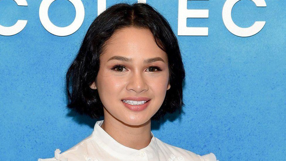 لماذا تضع مغنية إندونيسية شريطا لاصقا على فمها أثناء النوم؟