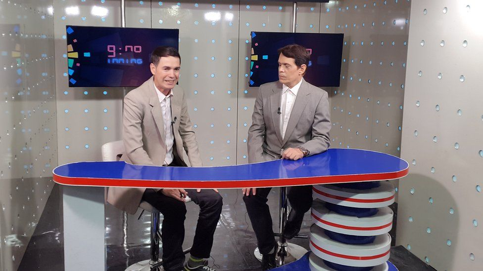Two presenters on the set of Canal Caribe