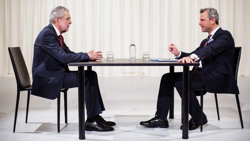 Norbert Hofer (R) and Alexander Van der Bellen sit opposite each other ahead of a television debate in Vienna, Austria (15 May, 2016)