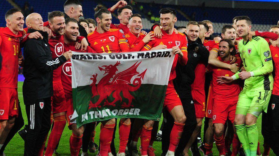 Bale a'r tîm gyda baner Wales, Golf, Madrid