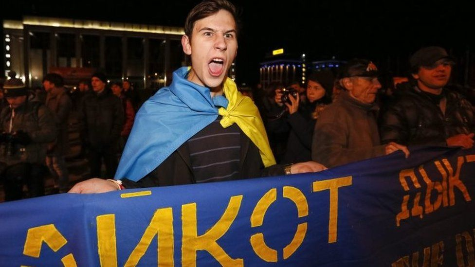 Opposition supporters shout slogans during a rally after presidential election in Minsk (11 October 2015)