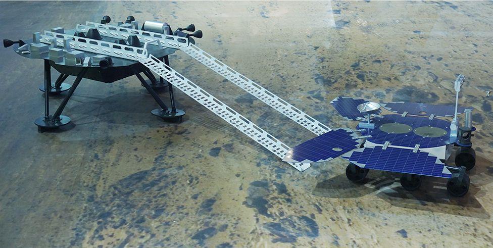 Sebuah model menunjukkan Zhurong memiliki tampilan yang mirip dengan kendaraan Spirit dan Opportunity NASA