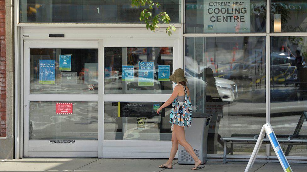 Женщина входит в охлаждающий центр во время палящей жары в Ванкувере.