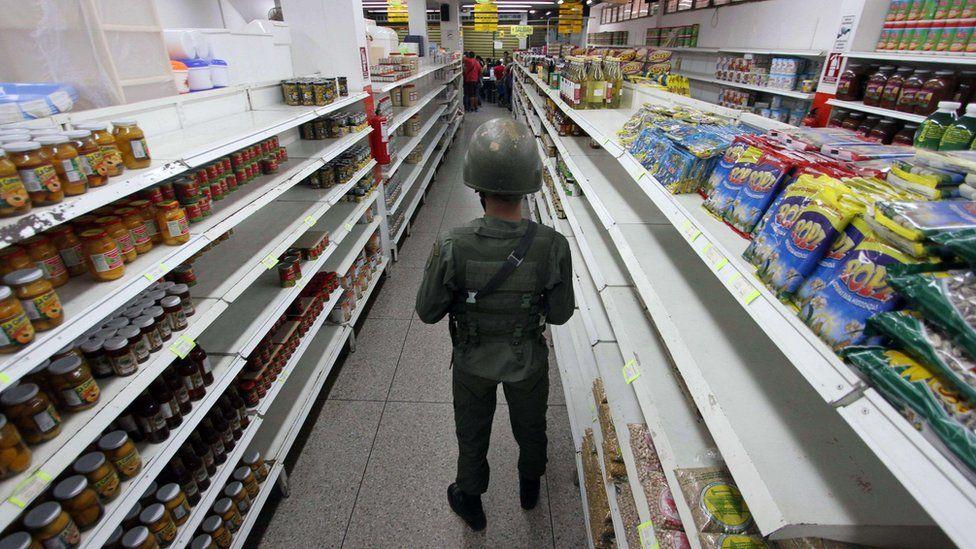 Soldier stands guard in a supermarket in San Antonio de Tachira, Venezuela (27 August 2015)