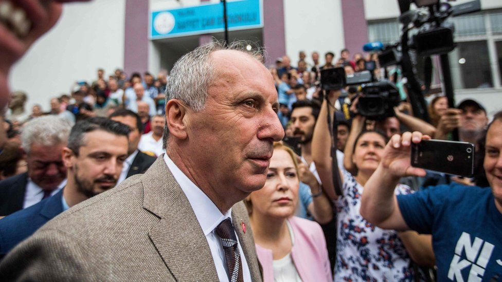 Muharrem Ince greets people after casting his ballot at a polling station during the parliamentary and presidential elections, in Yalova (June 24, 2018)