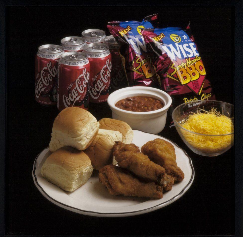 Pollo frito, pan, frejoles, papitas y Coca Cola.