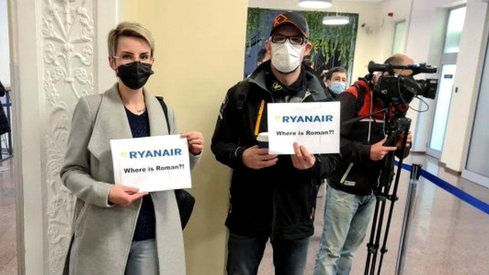 Belarus 'diverts Ryanair flight to arrest journalist', opposition says -  BBC News