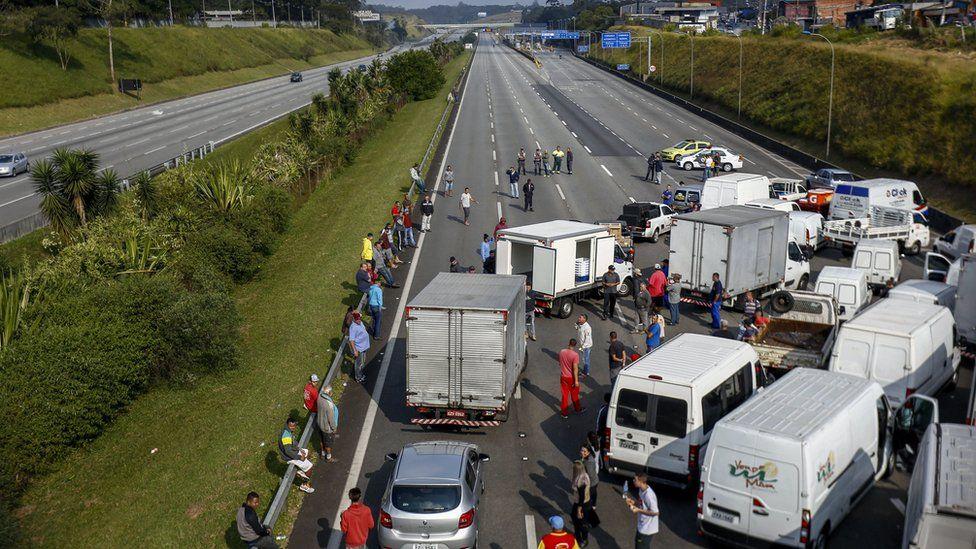 Crise revela dependência de transporte rodoviário que é 'mais barato e dá voto'