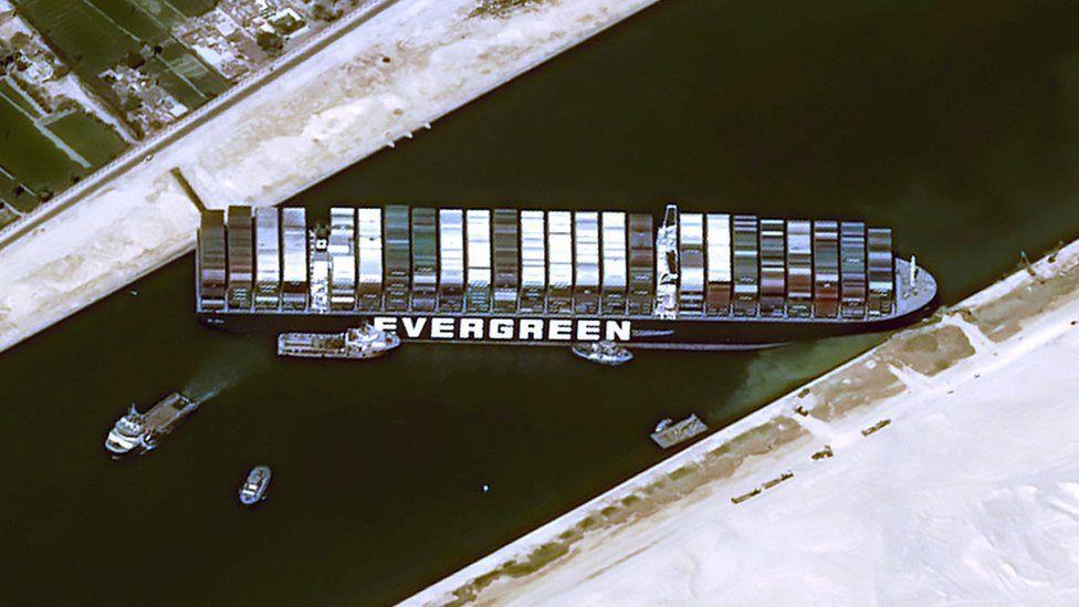 Citra satelit dari Cnes2021, Distribusi Airbus DS menunjukkan Ever Given memblokir Terusan Suez (25 Maret 2021)