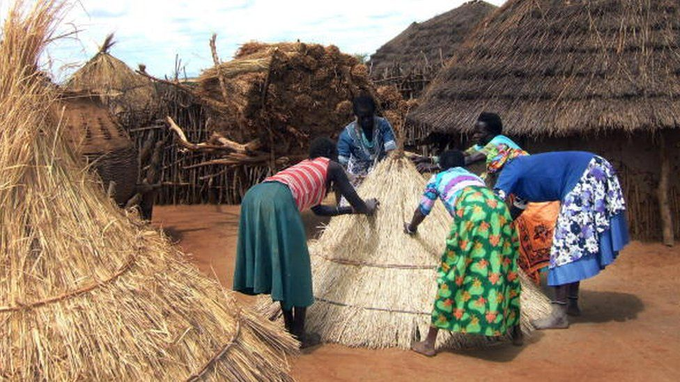 Village women built a roof for a greenery to store sorghum they grow themselves, 17 November 2007 in the Panyagara village.